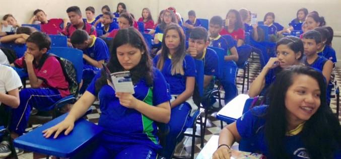 Trabalho de prevenção ao tráfico de pessoas nas escolas em Manaus.